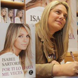 Isabel Sartorius firmando su autobiografía