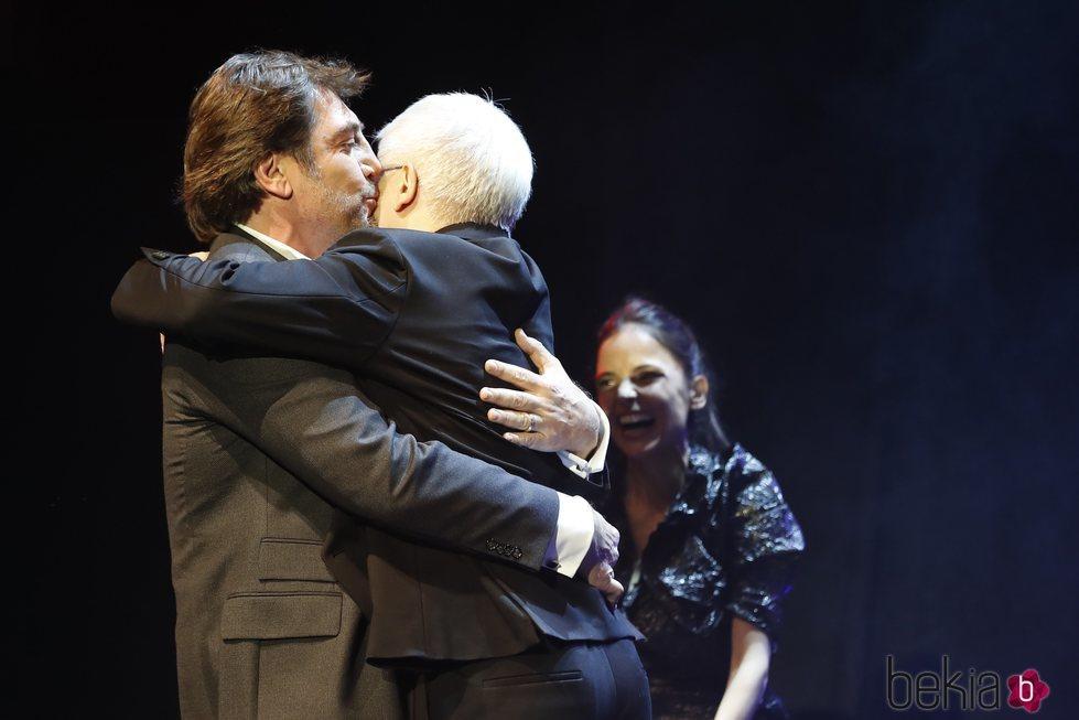 El increíble abrazo de Javier Bardem con Juan Carlos Corazza Premios Unión de Actores 2018