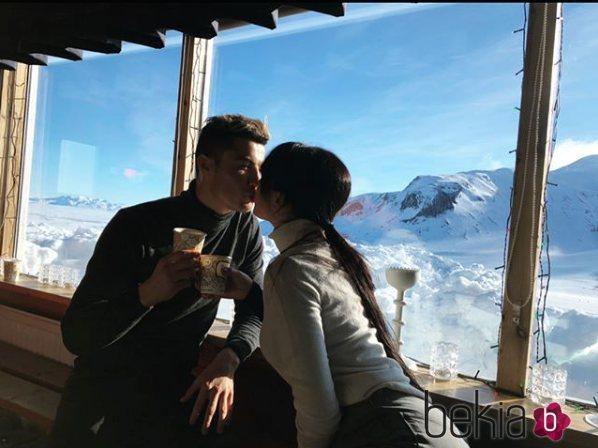 Georgina Rodríguez y Cristiano Ronaldo dándose un tierno beso