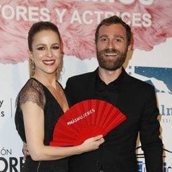 Silvia Abascal, sonriente con su pareja Xabier Murua en los Premios Unión de Actores 2018