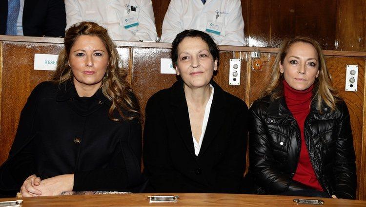 Laura y Sonsoles Suárez Illana junto a Isabel Flores en la Fundación Jiménez Díaz en 2015