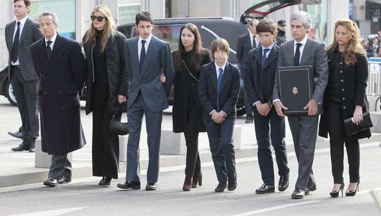 Los hermanos Suárez Illana en el funeral de su padre Adolfo Suárez