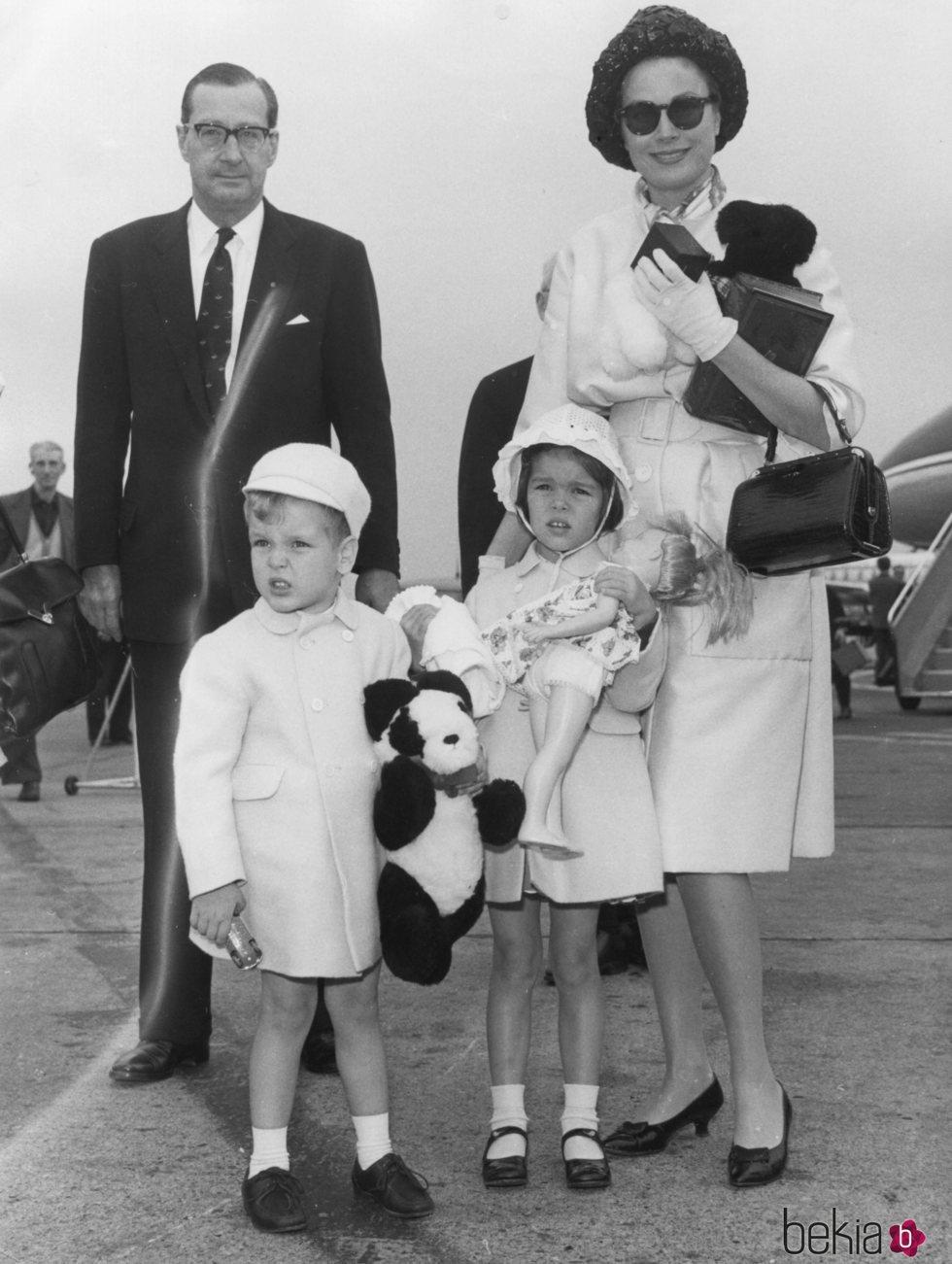 Grace Kelly con Carolina y Alberto de Mónaco cuando eran niños