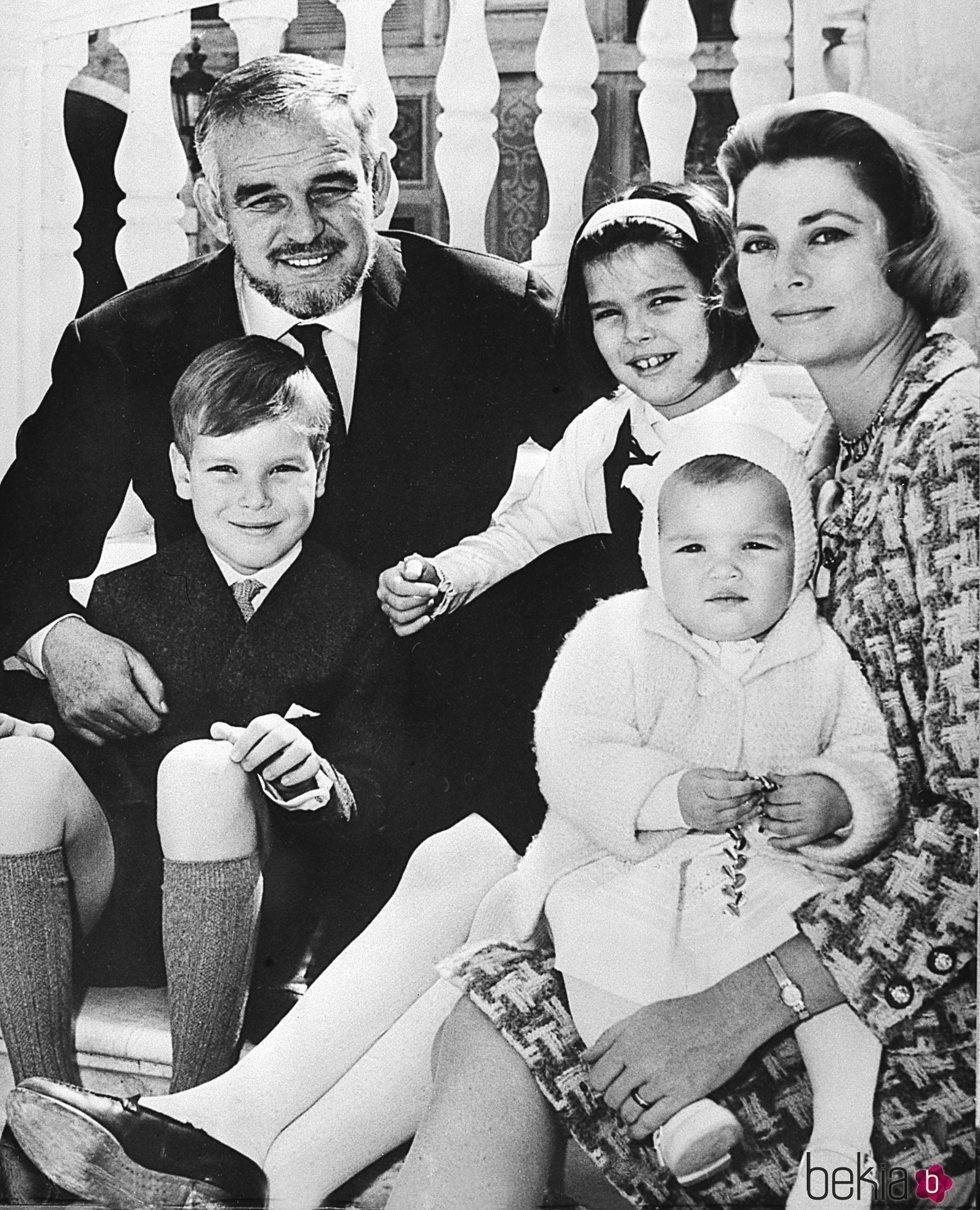 Rainiero de Mónaco y Grace Kelly con sus hijos Alberto, Carolina y Estefanía cuando eran pequeños