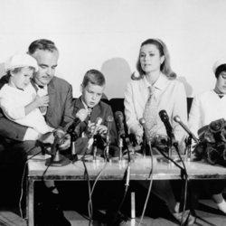 Rainiero de Mónaco y Grace Kelly con sus hijos Carolina, Alberto y Estefanía en una conferencia de prensa