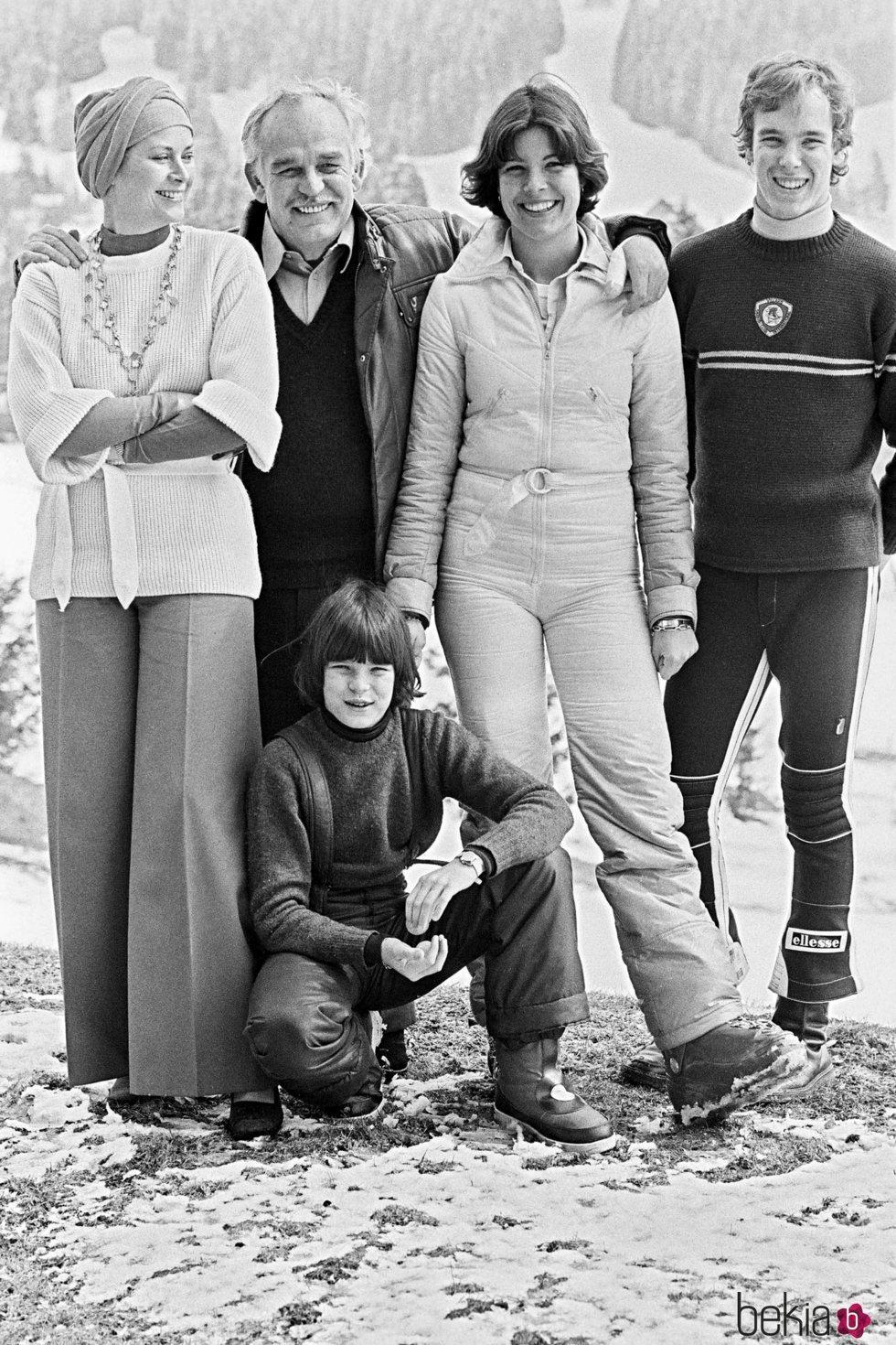 Rainiero de Mónaco y Grace Kelly con sus hijos Carolina, Alberto y Estefanía en la nieve