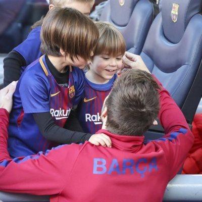 Gerard Piqué salundado a sus hijos Milan y Sasha en la grada