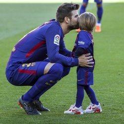 Gerard Piqué dando un beso a su hijo Sasha en el campo de fútbol
