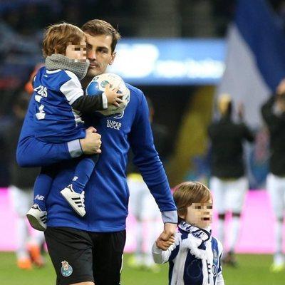 Iker Casillas con Lucas en brazos y Martín de la mano en el campo de fútbol