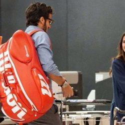 Feliciano López y Sandra Gago en el aeropuerto