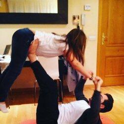 David Bustamante jugando a las acrobacias con su hija Daniella