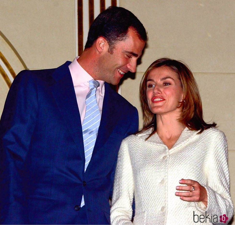 Los Reyes Felipe y Letizia tras el anuncio de su compromiso en 2003
