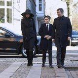 Federico y Mary de Dinamarca con su hijo Christian en el funeral de Juliane Meulengracht Bang