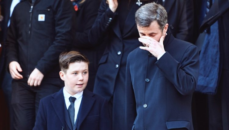 Federico de Dinamarca y su hijo Christian en el funeral de Juliane Meulengracht Bang