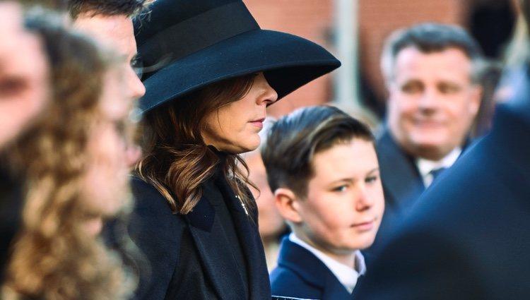 Mary de Dinamarca con su hijo Christian en el funeral de Juliane Meulengracht Bang
