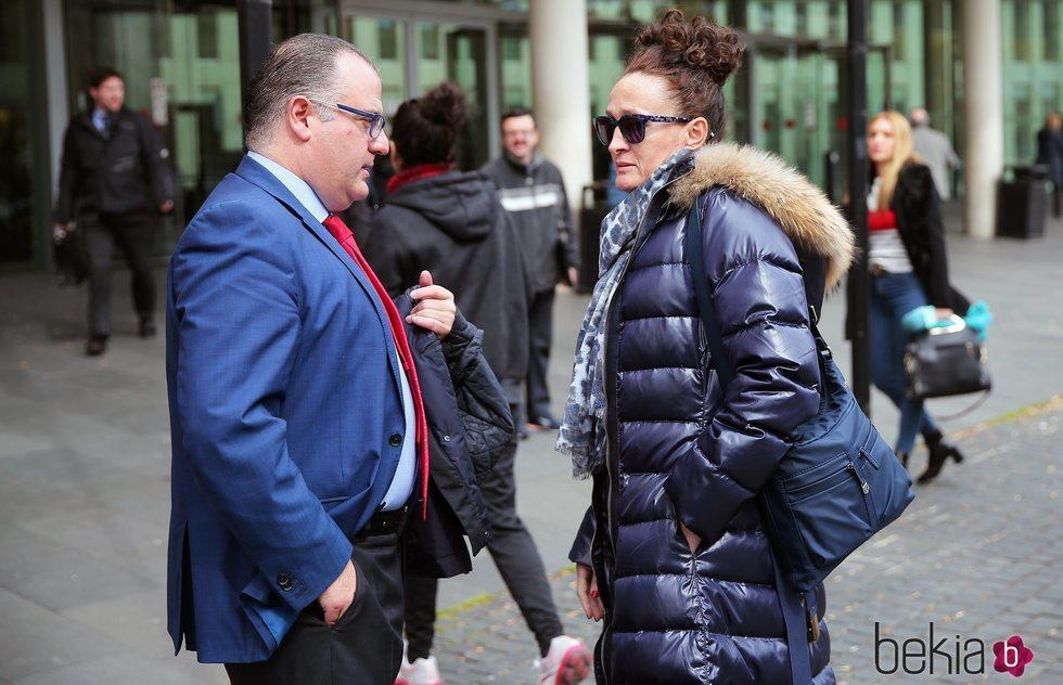 Dulce Delapiedra hablando con el abogado de Julián Muñoz tras el juicio