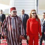 Mohamed VI y Lalla Salma de Marruecos en el aeropuerto de Rabat