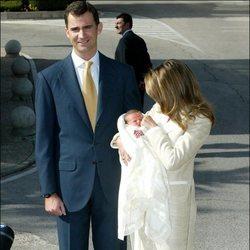 Los Reyes Felipe y Letizia presentan a la Princesa Leonor tras su nacimiento