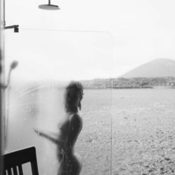 Anna Castillo desnuda duchándose