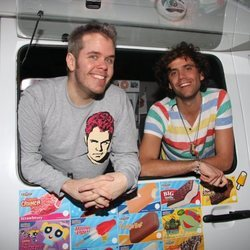 Pérez Hilton y el cantante Mika en una furgoneta de helados