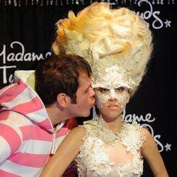 Pérez Hilton besando una figura de cera de Lady Gaga