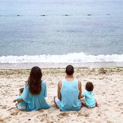 Malena Costa y Mario Suárez con sus hijos Mairo y Malena en el mar de China