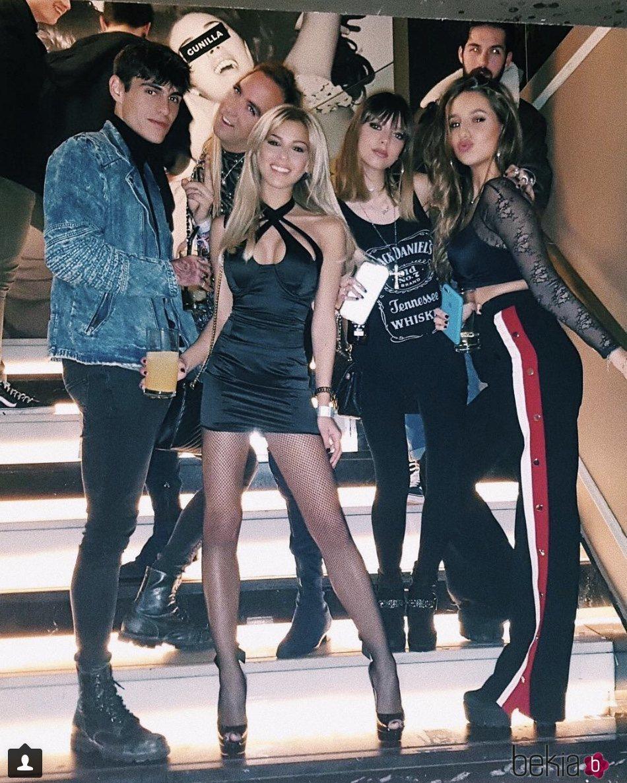 Alejandra Rubio con Oriana Marzoli, Aless Gibaja y demás amigos