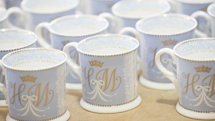 Tazas de la vajilla conmemorativa de la boda del Príncipe Harry y Meghan Markle