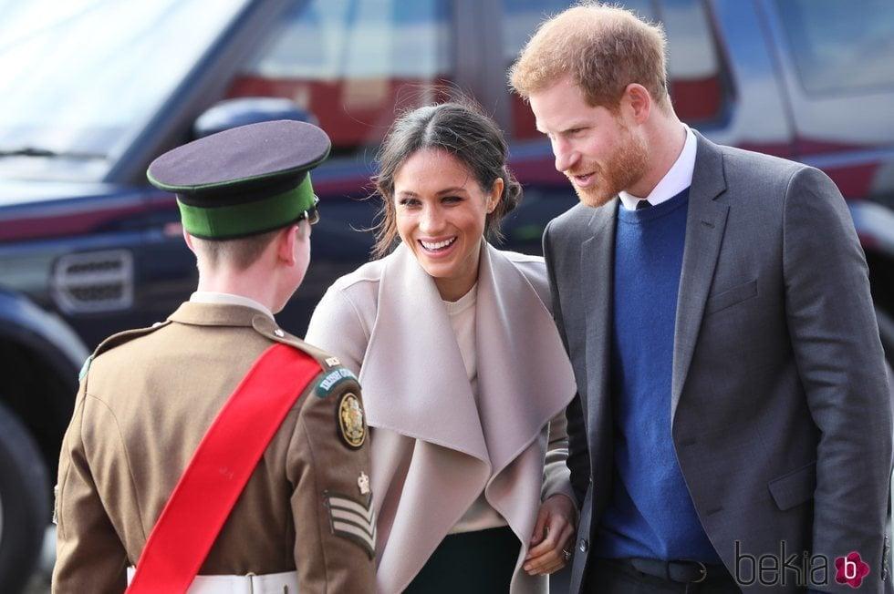El Príncipe Harry y Meghan Markle llegan a Belfast para su visita oficial