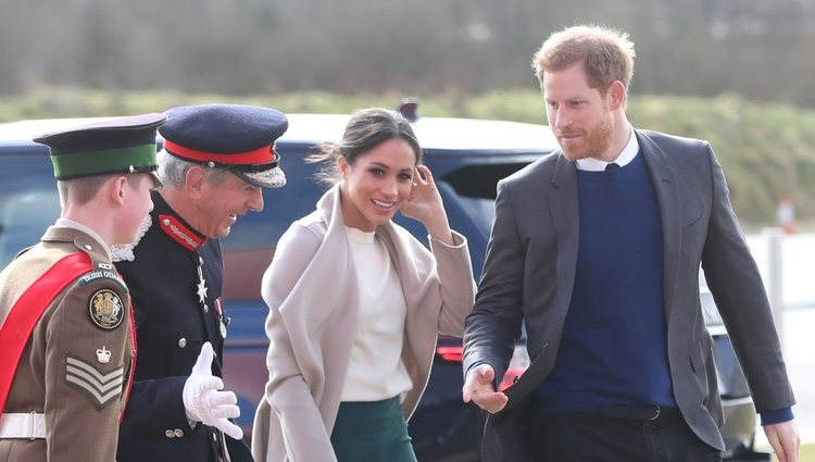 El Príncipe Harry y Meghan Markle son recibidos en Belfast para su visita oficial