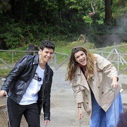 Alfred y Amaia sostienen un cubo pesado en las Azores
