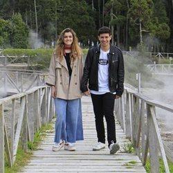 Alfred y Amaia paseando sobre un puente en las Azores