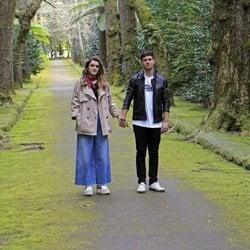 Alfred y Amaia, de paseo cogidos de la mano