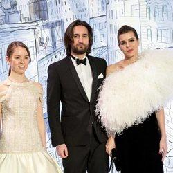 Alexandra de Hannover, Dimitri Rassam y Carlota Casiraghi en el Baile de la Rosa 2018