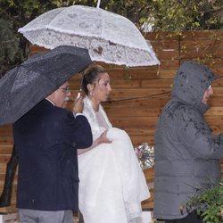 Gemma Mengual resguardada en paraguas el día de su boda