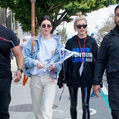 Kendall Jenner y Hailey Baldwin en la marcha multitudinaria contra las armas en EEUU
