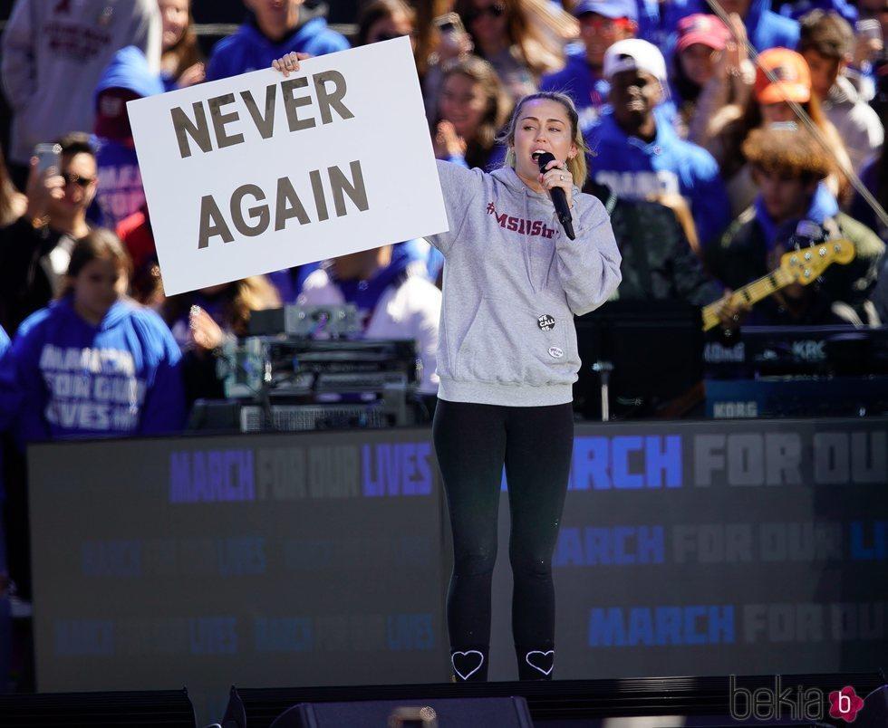 Miley Cyrus en la marcha multitudinaria contra las armas en EEUU