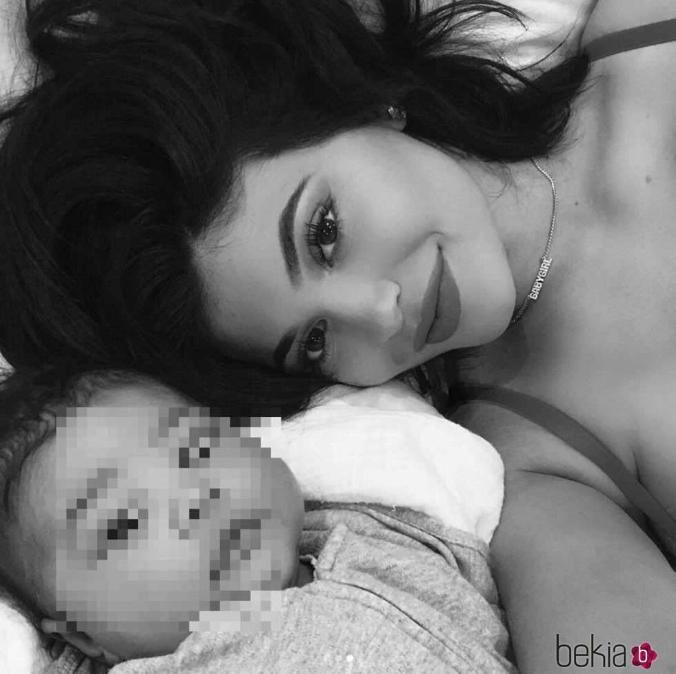 Kylie Jenner posa con su hija Stormi en un selfie
