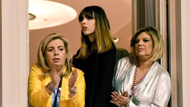 Alejandra Rubio, Terelu Campos y Carmen Borrego en un balcón en la Semana Santa malagueña