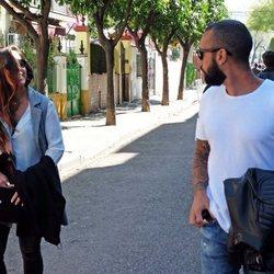 Anabel Pantoja mirando a Omar Sánchez en la Semana Santa de Sevilla 2018
