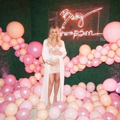 Khloe Kardashian luciendo embarazo en el baby shower de su hija