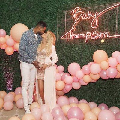 Khloe Kardashian y Tristan Thompson posando en el baby shower de su hija
