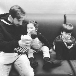 Leo Messi con su hijo Ciro en brazos y Thiago y Mateo a su alrededor