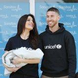 Sergio Ramos y Pilar Rubio muy felices en la presentación de su hijo Alejandro