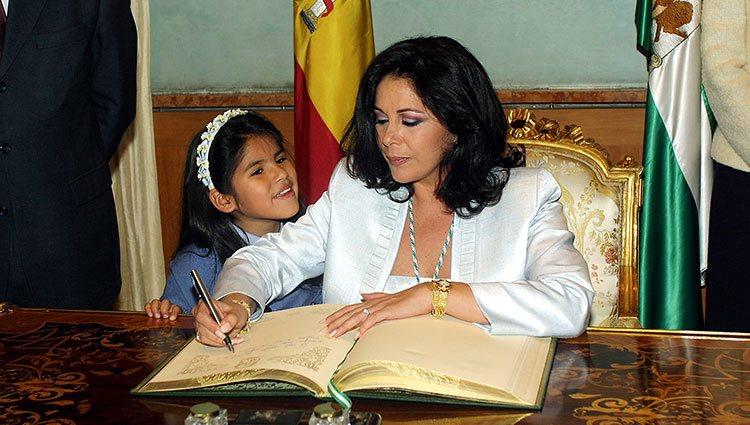 Chabelita de pequeña con su madre Isabel Pantoja en 2003