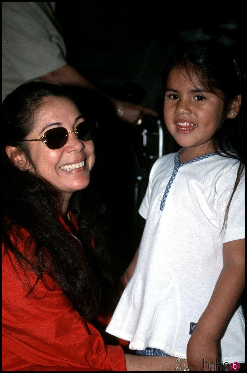 Isabel Pantoja con Chabelita de pequeña