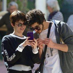 Chino Darín y Úrsula Corberó se parten de risa mientras miran sus móviles en Málaga