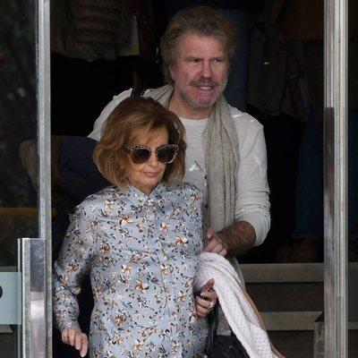 María Teresa Campos y Bigote Arrocet saliendo de un hotel en Málaga