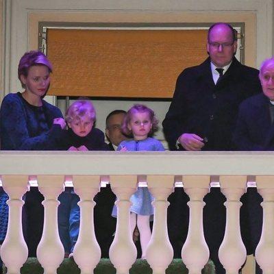 Los Príncipes de Mónaco contemplan las procesiones de Semana Santa