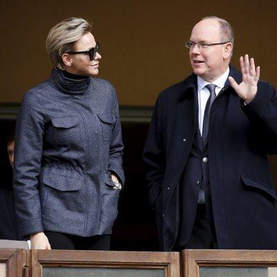 Los Príncipes Alberto y Charlene de Mónaco en un torneo de rugby
